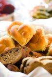 A variedade do pão e dos rolos seriu em uma cesta Imagem de Stock Royalty Free