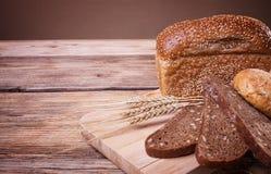 Variedade do pão fresco em uma tabela de madeira Imagem de Stock Royalty Free