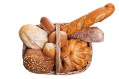 Variedade do pão na cesta isolada foto de stock