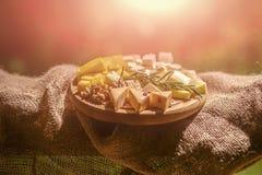 Variedade do queijo na bandeja de madeira no pano de saco Fotografia de Stock