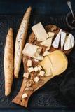 Variedade do queijo na placa de madeira Imagens de Stock