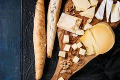 Variedade do queijo na placa de madeira Fotos de Stock Royalty Free