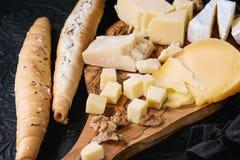 Variedade do queijo na placa de madeira Imagem de Stock Royalty Free