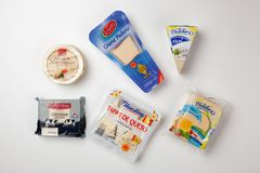 Variedade do queijo no empacotamento original Fotos de Stock