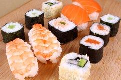 Variedade do sushi do camarão, faixa salmon foto de stock royalty free