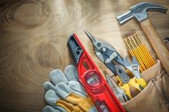 Variedade do trabalho feito com ferramentas da construção na correia de couro da construção em w fotos de stock