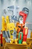 Variedade do trabalho feito com ferramentas da construção na correia da ferramenta fotos de stock royalty free