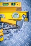 Variedade do trabalho feito com ferramentas da construção no fundo canalizado do metal foto de stock