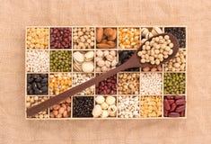 Variedade dos feijões e das lentilhas na colher de madeira com caixa de madeira miliampère Imagens de Stock Royalty Free