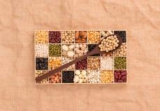 Variedade dos feijões e das lentilhas na colher de madeira com caixa de madeira miliampère Foto de Stock Royalty Free