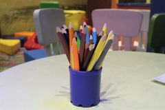 A variedade dos lápis coloridos coloridos tirar escreve lápis de tiragem coloridos em uma variedade de cores Foto de Stock