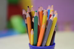 A variedade dos lápis coloridos coloridos tirar escreve lápis de tiragem coloridos em uma variedade de cores Fotos de Stock Royalty Free