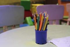 A variedade dos lápis coloridos coloridos tirar escreve lápis de tiragem coloridos em uma variedade de cores Imagens de Stock Royalty Free
