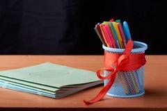 A variedade dos lápis coloridos coloridos tirar escreve lápis de tiragem coloridos em uma variedade de cores Imagens de Stock