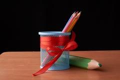 A variedade dos lápis coloridos coloridos tirar escreve lápis de tiragem coloridos em uma variedade de cores e pancil grande sorr Imagens de Stock