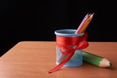 A variedade dos lápis coloridos coloridos tirar escreve lápis de tiragem coloridos em uma variedade de cores e pancil grande sorr Foto de Stock Royalty Free