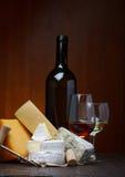 Variedade e vinho tinto do queijo Fotografia de Stock
