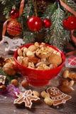 Variedade Nuts na bacia na tabela de madeira para o Natal Fotografia de Stock