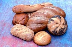 Variedade, rolos e nacos dourados do pão de mistura fotografia de stock royalty free