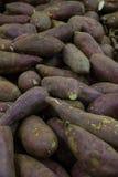 Variedade roxa de batatas doces no mercado dos fazendeiros foto de stock royalty free