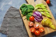Variedade vegetal do vegetariano Os vegetais variados cortaram em partes Fotos de Stock Royalty Free