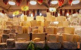 Variedades amarelas do queijo em um mercado livre em Istambul, Turquia foto de stock