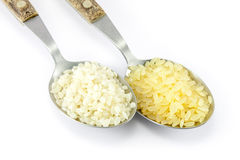 Variedades de arroz en dos cucharas de sopa Imagenes de archivo
