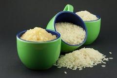 Variedades de arroz en tres pequeñas tazas verdes Fotos de archivo