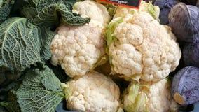 Variedades de col, blanco, Bruselas, bróculi, color en el contador del mercado Comida sana, fibra sana, vegetal almacen de video