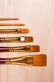 Variedades de escova de pintura no fundo de madeira Fotos de Stock