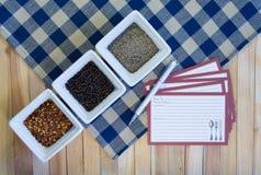 Variedades de la pimienta y tarjetas en blanco de la receta Fotos de archivo