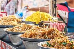 Variedades de tallarines servidos en el mercado callejero tailandés Fotografía de archivo