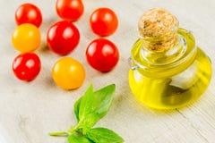 Variedades de tomates y de aceite de oliva coloridos Foto de archivo