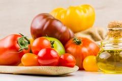 Variedades de tomates y de aceite de oliva coloridos Imagenes de archivo