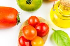Variedades de tomates y de aceite de oliva coloridos Fotos de archivo libres de regalías