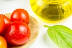 Variedades de tomates y de aceite de oliva coloridos Imágenes de archivo libres de regalías