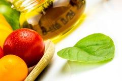 Variedades de tomates y de aceite de oliva coloridos Fotos de archivo
