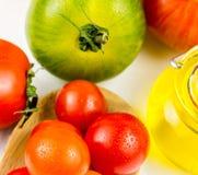 Variedades de tomates y de aceite de oliva coloridos Foto de archivo libre de regalías