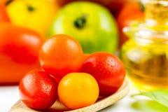 Variedades de tomates y de aceite de oliva coloridos Fotografía de archivo libre de regalías