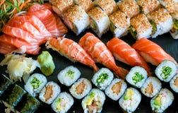 Variedades do sushi no fundo preto imagem de stock royalty free