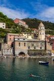 varierar berömd italy för cinque la nära touristic terre för ställehavsspeziaen vernazza Arkivfoto