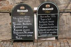 Varierar den utomhus- menyn för restaurangen i Karlovy, Tjeckien arkivfoto