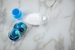Varietà blu di specie del detersivo di lavanderia in polvere, gel liquido e baccello nel lavare dose immagine stock libera da diritti