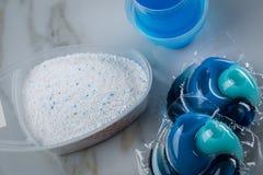 Varietà blu di specie del detersivo di lavanderia in polvere, gel liquido e baccello nel lavare dose fotografia stock libera da diritti