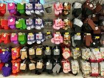 Varietà colorata dei guanti e di termo-isolamento dei tovaglioli fotografia stock libera da diritti