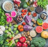 Varietà cruda sana dell'alimento sopra fondo concreto grigio Fotografie Stock Libere da Diritti