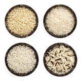 Varietà del riso nella vista superiore delle ciotole isolata su bianco Immagine Stock