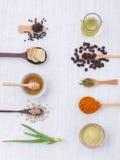Varietà dell'erba su fondo bianco rustico dalla vista superiore, olio, coff Fotografia Stock Libera da Diritti