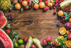 Varietà della frutta fresca di estate sopra fondo di legno rustico Fotografia Stock Libera da Diritti