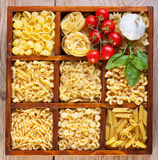 Varietà della pasta in una casella suddivisa im compartimenti Immagine Stock